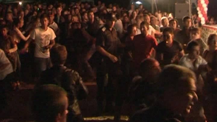 """Bataie cu """"talent"""" la un concert de manele din Buzau VIDEO"""
