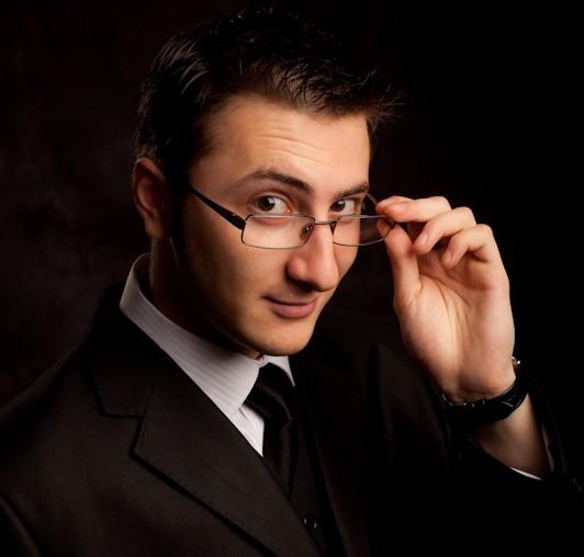 "Castiga o INVITATIE DUBLA la showul ""Cel mai prost magician"" cu Vlad Grigorescu"