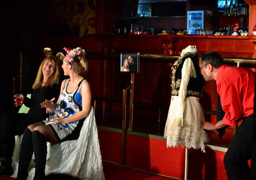 "Teatru ""SOT DE VANZARE"", la Harlequin"