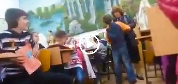 Imagini revoltatoare. Elev BATUT CRUNT de o profesoara in fata colegilor! VIDEO