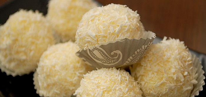 Bomboane Raffaello facute in casa. Reteta e simpla, rezultatul delicios!