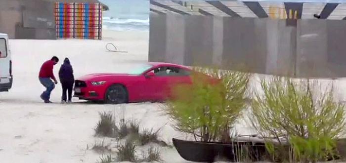 Un sofer a ramas blocat cu bolidul pe o plaja din Mamaia! VIDEO