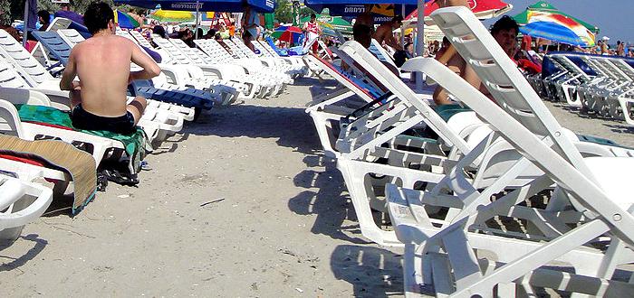 50.000 de lei AMENDA pentru patronii care pun sezlonguri pe plajele noi!