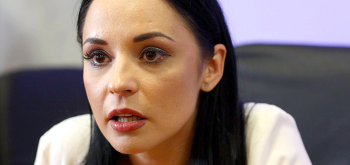 După ce a ameninţat că va omorî maidanezi, mii de români cer concedierea din TVR a Andreei Marin