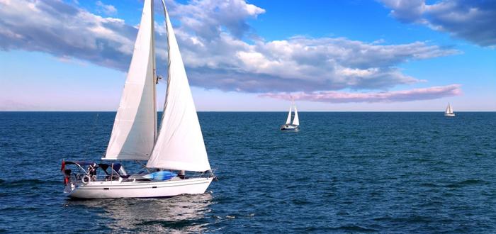 Plimbare cu velierul în weekend, pe Marea Neagră