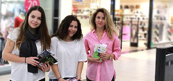 Două liceene din Constanţa au împărţit GRATUIT 300 de cărţi într-un mall