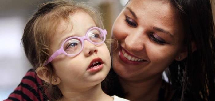 O fetiță, născută oarbă, își vede mama pentru prima dată după o operație la ochi. VIDEO