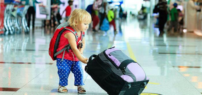 Au fost simplificate condițiile în care puteți călători în străinătate cu copiii minori