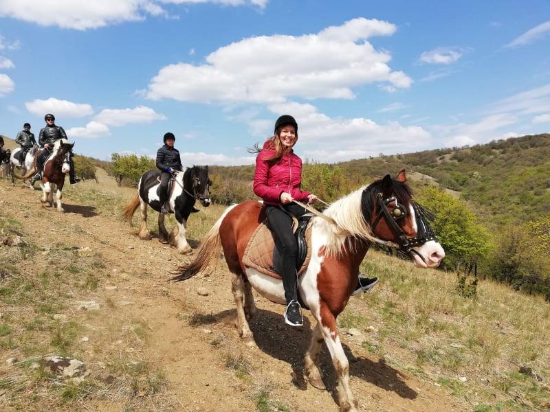 Program în luna mai cu traseu ecvestru în Munții Măcin organizat de Dream Explorer