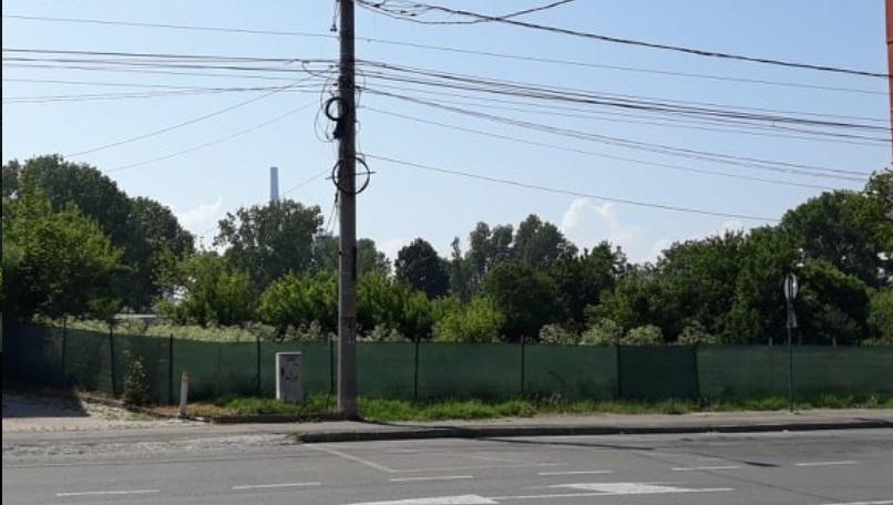 Încă un spațiu verde sacrificat pentru construirea unui bloc de 8 etaje!